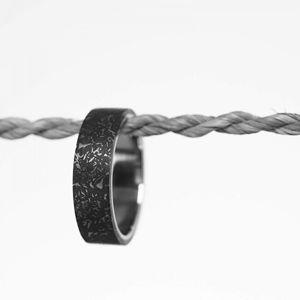 Gravelli Moderní betonový prsten Simple Fragments Edition ocelová/antracitová GJRUFSA001 63 mm